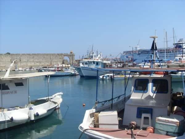 Kutter im Hafen von Rhodos Stadt