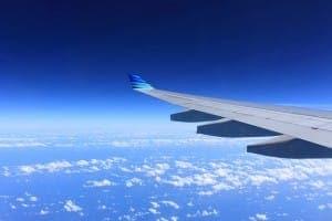 Flugzeugflügel im blauen Himmel