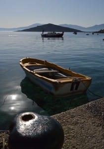 Ein Fischerboot im Hafen bei mediterranem Wetter