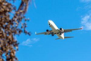 Ein Flugzeug startet auf dem Rhodos Airport